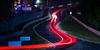 Renn-Action bei den 24h Nürburgring auf der Nordschleife bei Nacht