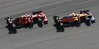 Daniel Ricciardo im McLaren MCL35M und Carlos Sainz im Ferrari SF21 beim Formel-1-Rennen 2021 in Austin im Zweikampf