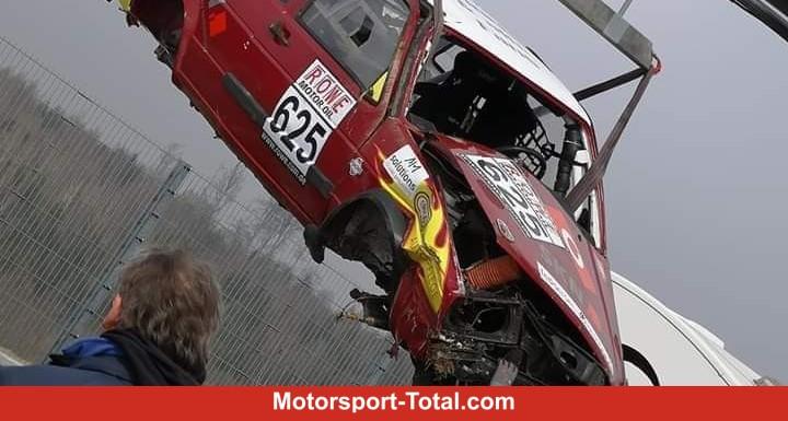 Horrorcrash-im-Br-nnchen-VW-Jetta-berschl-gt-sich-sechsmal