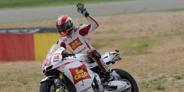 23. Oktober 2011: Marco Simoncelli ist tot. Der Gresini-Honda-Pilot erlag am Rennsonntag beim Grand Prix von Malaysia seinen schweren Verletzungen, die er sich wenige Minuten zuvor bei einem Unfall zugezogen hatte. Der 250er-Weltmeister von 2008 wurde nur 24 Jahre alt. Wir blicken auf die Stationen einer viel zu kurzen Karriere.