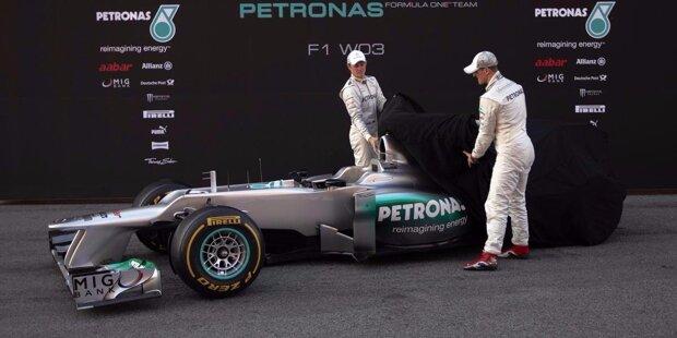 1999: Was heute das Werksteam von Mercedes ist, fing einst als BAR-Rennstall an, der kurz vor der Jahrtausendwende aus Tyrrell hervorgegangen ist. Beim Launch 1999 verblüfft das Team: Die beiden Boliden von Jacques Villeneuve und Ricardo Zonta sehen komplett unterschiedlich aus. Die FIA schiebt einen Riegel vor und BAR lässt einfach beide Autos im Reißverschluss-Design verschmelzen.