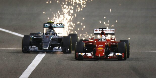 Wir schreiben das Jahr 2004, als die Formel 1 in eine neue Welt eintaucht: Erstmals findet ein Grand Prix in Arabien statt. Das Besondere an der von Hermann Tilke gebauten Strecke: Sie wurde direkt in die Wüste gepflanzt. Die Hitze wird für Fahrer und Material zur großen Herausforderung ...