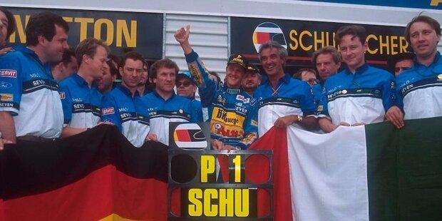 Nach einer denkwürdigen Saison 1994 ist es geschafft: Michael Schumacher krönt sich zum ersten deutschen Formel-1-Weltmeister. Als der Kerpener mit einem schwarzen Cowboy-Hut auf dem Kopf, seinem bis zum Bauchnabel aufgeknöpften weißen Hemd, blauen Jeans und hellbraunen Cowboy-Stiefeln den Titel bis 4:55 Uhr am nächsten Morgen feiert, liegen hinter ihm neben vielen Erfolgen auch zwei der größten Kontroversen der jüngeren Motorsport-Geschichte und zwei Tragödien.