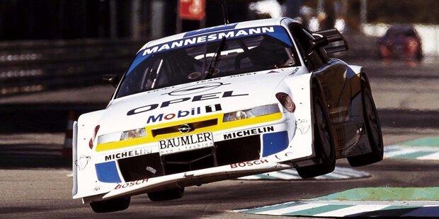 #10: Volkswagen und Co. Vor allem in den ersten Jahren sind viele Marken im DTM-Starterfeld vertreten. Doch Volkswagen (Foto, hinteres Auto) bleibt dabei genauso sieglos wie einige andere Hersteller.