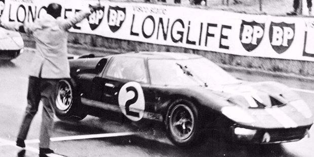 1964 trat Ford werksseitig mit dem GT40 erstmals in Le Mans an, aber beide Fahrzeuge schieden aus. Ein Jahr später flogen den Amerikanern die Zylinderköpfe wild um die Ohren. Der Durchbruch kam 1966 mit dem Gesamtsieg von Bruce McLaren und Chris Amon (Foto).