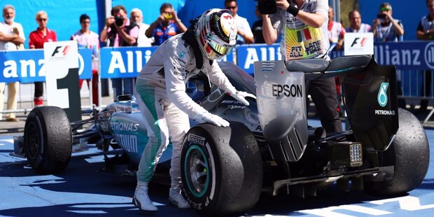 """Monza 2015: Lewis Hamilton gewinnt den Grand Prix von Italien, hat nun 53 Punkte Vorsprung im Titelduell und eine Hand am WM-Pokal. Und Sebastian Vettel freut sich über sein erstes Monza-Podium als Ferrari-Fahrer. Den Tränen nahe sagt er: """"Das ist der schönste zweite Platz meines Lebens."""" Den turbulenten Weg zu diesem Siegerfoto gibt's in den folgenden 16 Fotos nachzuschauen."""