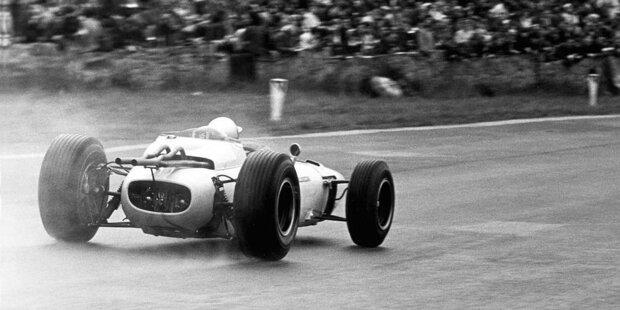 Von 1950 bis 1995 kommen in der Formel 1 Motoren mit zwölf Zylindern zum Einsatz, sowohl in V-Form als auch in Reihenbauweise. Viermal reicht es zum Gewinn der Fahrer-WM. Wir zeigen die Meilensteine des spekatkulärsten Antriebs, den die Königsklasse erlebt hat.