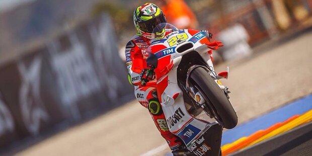 Andrea Iannone wird am 9. August 1989 in Vasto (Italien) geboren. Er gilt als schneller Motorrad-Rennfahrer, aber manchmal geht er auch wild zur Sache. Schwankende Leistungen und Stürze trüben seine Karriere. Dank seines Charakters hat er viele Fans gewinnen können.