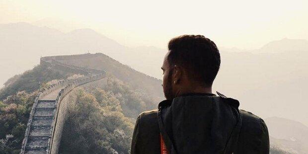 """Er hat sich vorgenommen, dieses Jahr mehr von der Welt zu sehen, und das setzt er auch um. Lewis Hamilton macht vor Schanghai mit ein paar Freunden einen Abstecher zur Chinesischen Mauer. """"Heute habe ich eine der tollsten Sachen auf diesem Planeten gesehen"""", postet er auf Instagram."""