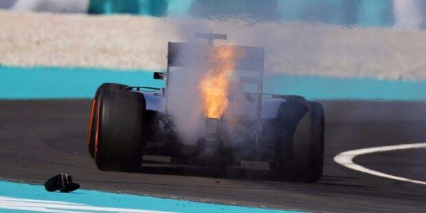 Mercedes verpasst beim Heim-Grand-Prix von Hauptsponsor Petronas den vorzeitigen Gewinn der Konstrukteurs-WM. Red Bull feiert stattdessen einen Doppelsieg: Daniel Ricciardo gewinnt sein viertes Formel-1-Rennen und beendet eine über zweijährige Durststrecke. Jetzt durch die Highlights des dramatischen 16. Saisonlaufs klicken!