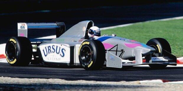 Die Formel 1 ist ein sich immer weiter drehendes Karussell: In den vergangenen Jahrzehnten gab es zahlreiche Teamübernahmen und Umbenennungen, doch nur zwölf Mannschaften gründeten sich - so wie die US-amerikanische Haas-Mannschaft - seit dem Jahre 1990 neu. Unter den Pionieren befanden sich massenhaft Traumtänzer, viele Superreiche und ein Weltkonzern, aber auch zwei echte Motorsport-Enthusiasten. Nur fünf der oft chronisch klammen Mannschaften schafften es, WM-Punkte zu holen. Drei Teams gewannen sogar Grands Prix. Überlebt haben nur vier Projekte, davon lediglich eines in der ursprünglichen Form. Wir erzählen die Storys hinter dem verrückten Dutzend.