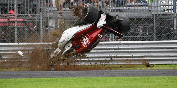 """10: Es war sicher keiner der spektakulärsten Crashes, aber vielleicht der wichtigste: Sebastian Vettel verschätzt sich auf nasser Strecke in der Sachs-Kurve in Hockenheim. """"Sorry, guys"""", entschuldigt er sich mit tränenerstickter Stimme. Vielleicht der Wendepunkt in dieser WM."""