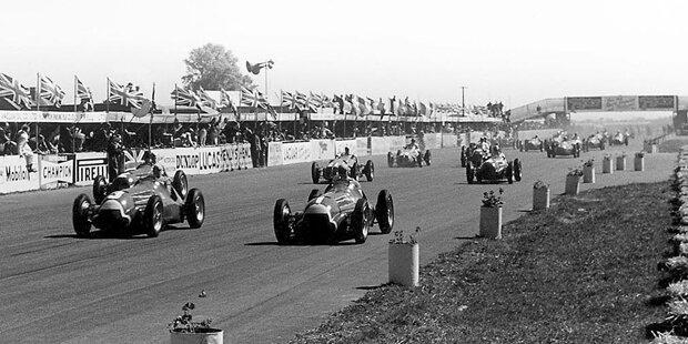 Startschuss für die Formel 1: Die begehrte Startnummer 1 trägt beim ersten Rennen der WM-Geschichte in Silverstone Juan Manuel Fangio auf dem Auto. Er geht im Alfa Romeo 158 an den Start, das zum erfolgreichsten Auto der ersten Formel-1-Saison werden soll.