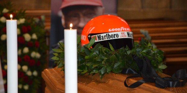 Österreich nimmt Abschied von Niki Lauda: Auf dem geschlossenen Sarg liegen ein Lorbeerkranz und ein Rennhelm.