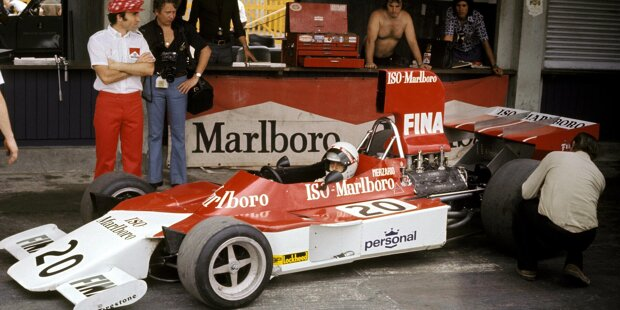 Der FW01 debütiert im Jahr 1974. Fahrer: Arturo Merzario. Frank Williams (links) sitzt noch nicht im Rollstuhl.