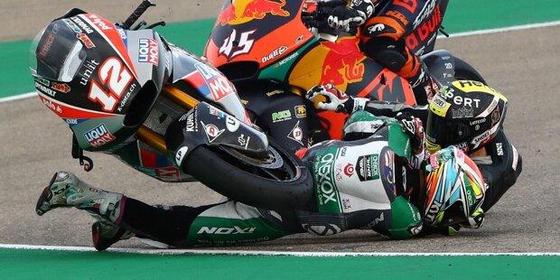 Beim Start zum Moto2-Rennen stürzt Kasma Daniel und rutscht genau in den Weg von Tom Lüthi.