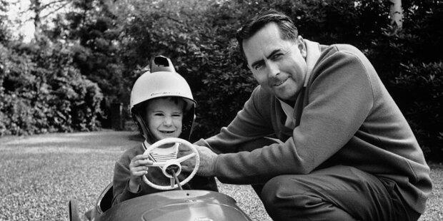 """1966 schreibt Jack Brabham Geschichte. """"Black Jack"""" ist bis heute der einzige Formel-1-Pilot, der in einem selbst konstruierten Boliden Weltmeister wird. Auch wenn er 1970 sein letztes Rennen fährt, bleibt der Name Brabham lange in der Motorsportwelt vertreten. Wir blicken auf alle Mitglieder der Rennsportfamilie Brabham."""