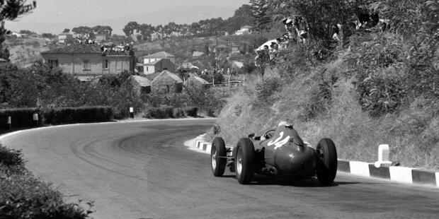 """Not macht erfinderisch: Das Coronavirus-bedingt zweite Österreich-Rennen der Formel 1 2020 in Spielberg heißt offiziell """"Steiermark-Grand-Prix"""". Doch die Formel 1 ist seit 1950 schon mehrfach von ihrer traditionellen Länderbezeichnung der einzelnen Rennen abgewichen. Unsere Fotostrecke zeigt die außergewöhnlichsten Grand-Prix-Namen!"""