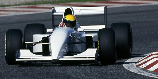 Ganz in Weiß: Im September 1993 geht Ayrton Senna in einem McLaren-Lamborghini auf die Strecke. McLaren will damals wissen: Kann der bullige V12-Motor das Traditionsteam wieder zu alter Stärke führen?