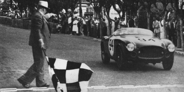 1929 wird der Große Preis von Monaco ins Leben gerufen. Zwar ist man schnell eine feste Instanz im internationalen Kalender, dennoch muss man große Hersteller auch schon damals mit großen Summen zur Teilnahme locken.