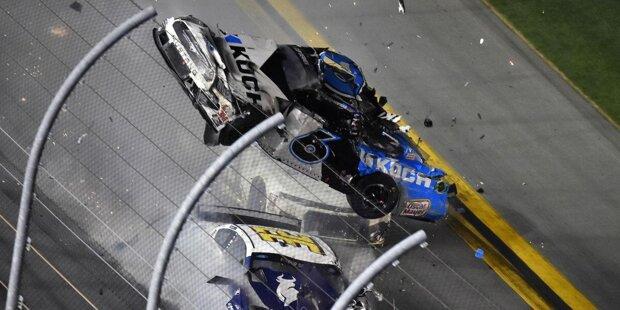 Weiße Flagge für die letzte Runde in der zweiten Verlängerung beim 62. Daytona 500, dem Auftakt der NASCAR Cup-Saison 2020: Denny Hamlin führt auf der Außenbahn vor Ryan Newman und Ryan Blaney.