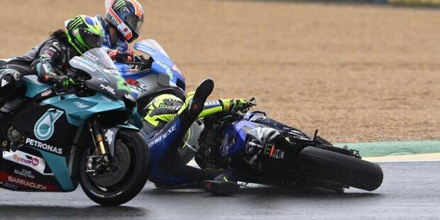Beim Einlenken in die erste Linkskurve rutscht Valentino Rossi ohne Vorwarnung das Hinterrad weg.