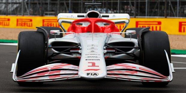 Das neue Formel-1-Reglement für 2022 nimmt Gestalt an! In Silverstone hat die Rennserie einen Prototyp vorgestellt. Anhand der ersten Aufnahmen des neuen Formel-1-Autos zeigen wir auf, wie sehr sich die Rennfahrzeuge verändern!
