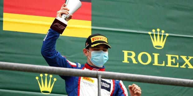 Für Mick Schumacher erfüllt sich 2021 der Traum von der Formel 1. Der amtierende Meister der Formel 2 geht für Haas an den Start und ist neben Sebastian Vettel der zweite Deutsche in der Königsklasse. In unserer Fotostrecke zeigen wir dir, wer in den kommenden Jahren noch die Chance auf die Formel 1 hat.