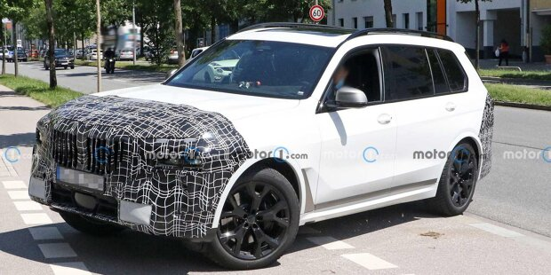 BMW X7 Facelift (2022) mit geteilten Scheinwerfern erwischt