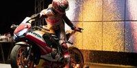 Marc Marquez malt mit Motorrad statt Pinsel