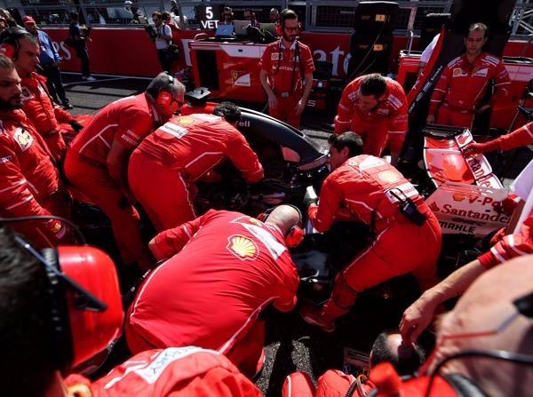 Ungewollte Einblicke: Die Ferrari-Crew versucht in Suzuka, Vettels Auto zu retten